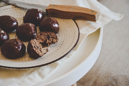 Hazelnut no-bake bites with jam in nougat chocolate